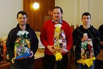 Trojice nejlepších šachistů z turnaje v Sedlčanech. Zleva Tomáš Vojta, Radoslav Doležal a David Zvára.