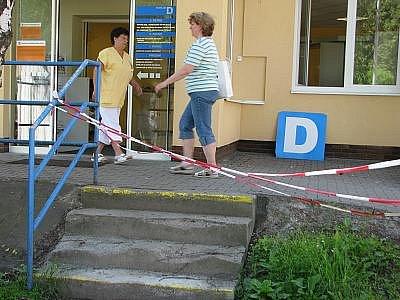 Schody u přijímací kanceláře Nemocnice Rudolfa a Stefanie Benešov nemohou pacienti už delší dobu používat. Jsou totiž v dezolátním stavu.