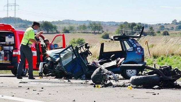 K čelnímu nárazu motocyklisty do osobního auta na silnici I/3 u Zahradnice došlo ve středu 16. září, pět minut před 13. hodinou.