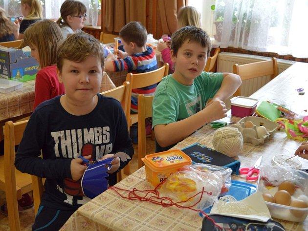 Zdobení velikonočních kraslic měly děti možnost si vyzkoušet jak v benešovském domě dětí a mládeže, tak v turistické základně v Jablonné nad Vltavou.