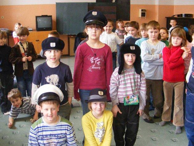 Děti si prohlédly a vyzkoušely policejní výstroj