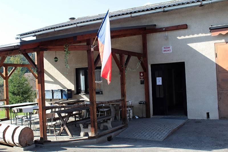 Parlamentní volby: Týnec nad Sázavou, volební okrsek číslo 7 v hasičárně ve Zbořeném Kostelci.