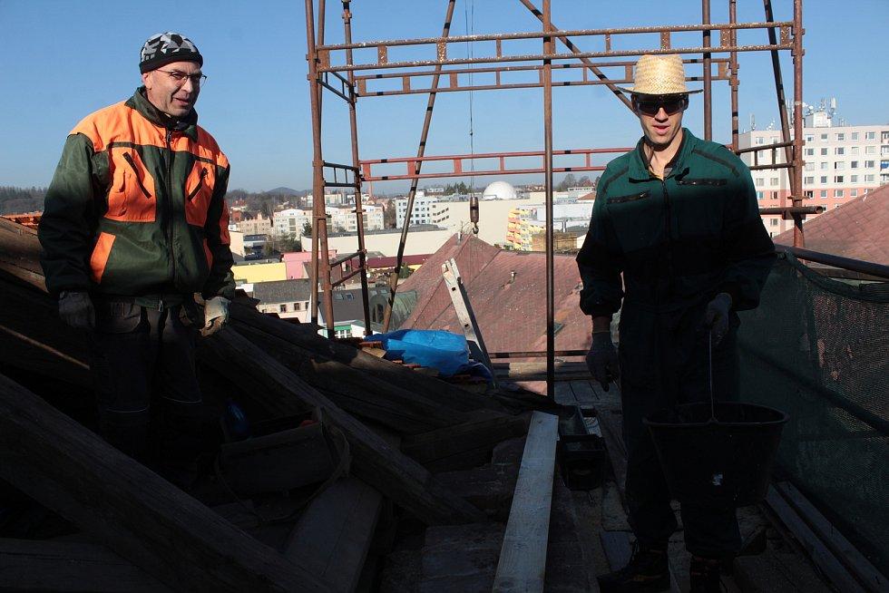 Opravu střechy kostela sv. Anny na benešovském Masarykově náměstí provádí firma Pavla Poláka (vlevo) z Příbrami..