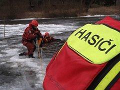 Cvičení benešovských profesionálních hasičů na zamrzlé hladině Sázavy.