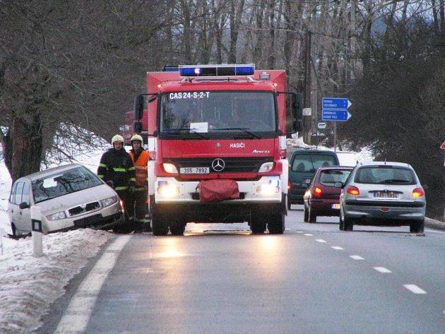 Asi dvě stě metrů za křižovatkou na obec Dlouhé Pole vyjelo osobní auto Škoda Fabia ze silnice