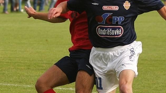 Týnecký útočník Vladimír Veselý (v modrém) ještě v barvách Votic.
