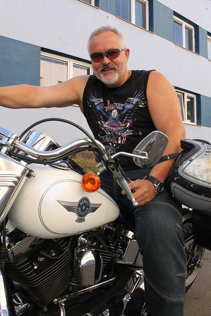 Starosta Benešova Petr Hostek a jeho Harley-Davison Fat Boy. Se stejným modelem jezdil ve filmu Terminátor také Arnold Schwarzenegger.