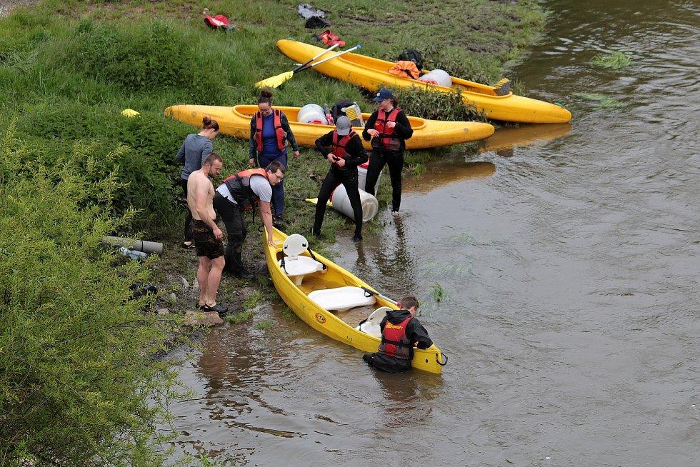 Vodáci si v neděli 23. května nenechali ujít příležitost pro své hobby. Ideální výšku hladiny využili k plavbě z Týnce nad Sázavou do Pikovic.