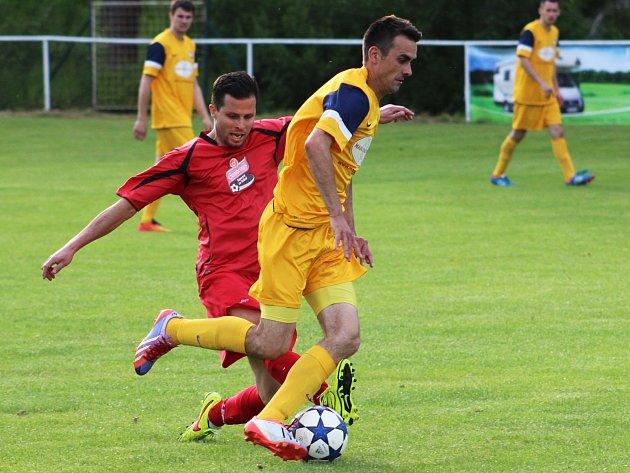 Divišovský Martin Vávra (ve žlutém sledovaný zdislavickým Radimem Kašparem) udržel při penaltách pevné nervy.