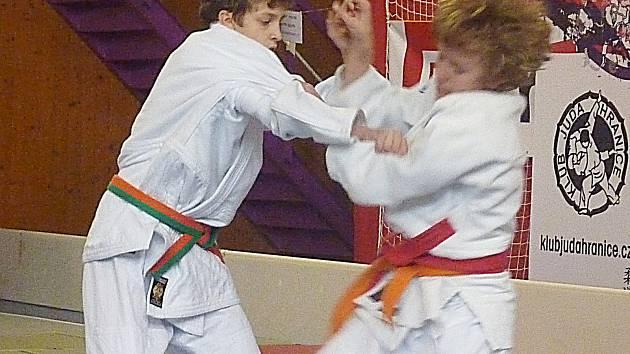 Tomáš Pikora (vlevo) nastupuje do chvatu ve čtvrtfinále soutěže.