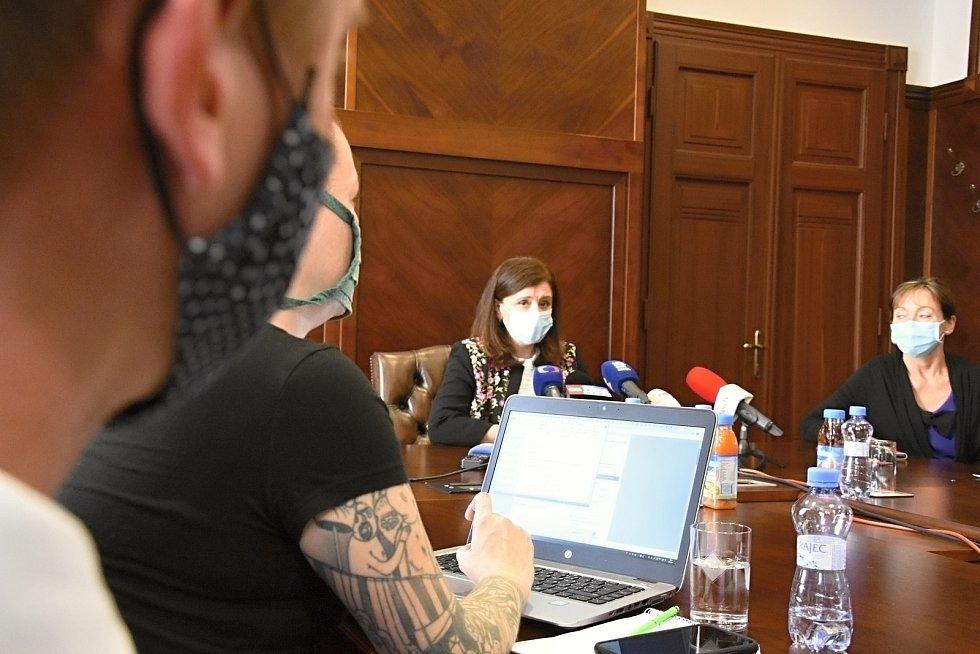 Z tiskového brífinku hejtmanky Jaroslavy Pokorné Jermanové.