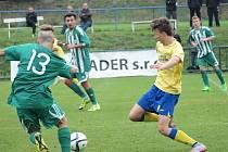 Lukáš Rozsypal (ve žlutém) vstřelil první gól Benešova a na druhý přihrál, ale na body to hostům na Meteoru nestačilo.