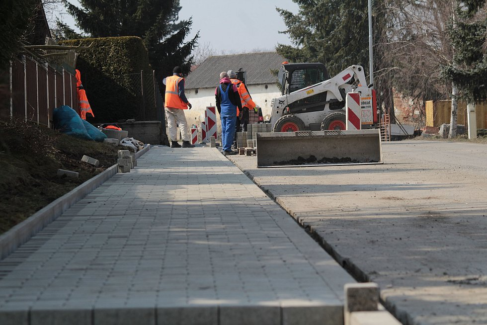 Stavba chodníku v Podělusech.