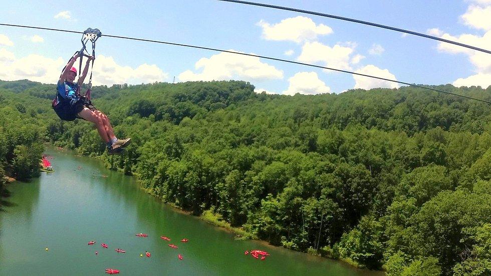 The Big Zip line - lanovka nad jezerem.