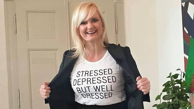 Stresovaná, v depresi. To v angličtině mimo jiné hlásá nápis na tričku, v němž se středočeská hejtmanka Petra Pecková představila na sociálních sítích.