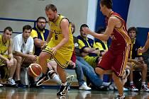 V zápase s Pískem unikal benešovský Josef Růžička (ve žlutém) hostujícímu Milanu Špičákovi.