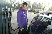 Čerpání benzinu v Benešově.