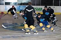 Hokejisté HC Benešov poprvé na ledě a přestavěná kabina