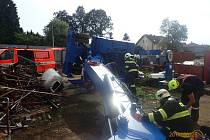 Nehoda nakladače v blízkosti nádraží ve Strančicích na Praze-východ ve středu odpoledne pořádně zaměstnala říčanské profesionální hasiče.