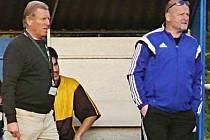 Manažer fotbalistů Nespek Petr Králíček (vpravo) je prozatím s vedením mužstva trenérem Václavem Knížkem (vlevo) spokojený, i když by rád viděl mužstvo v tabulce výš.