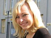 Štěpánka Dvořáková v redakci Benešovského deníku musela chvíli čekat, než jí program pustil odpovídat. Kam příjdu, tam spadne internet, okomentovala studentka s úsměvem.