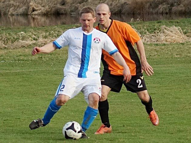 Votický Luděk Bareš (u míče) připravil druhý gól pro spoluhráče Viskupa.