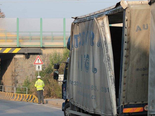Řidič nákladního auta nerespektoval výšku podjezdu pod silnicí I/3.