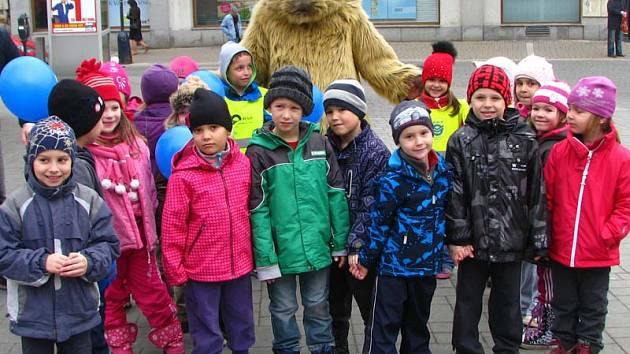 Ahoj kocoure, zdravily děti z Mateřské školy Na Karlově maskota.