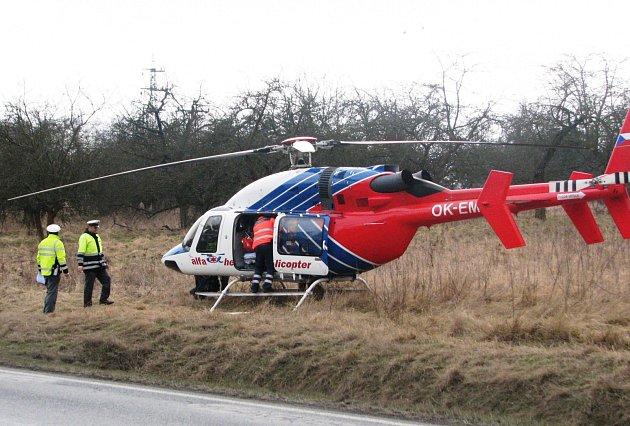 Zraněného chodce transportoval vrtulník do pražské nemocnice.