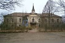 Zchátralý zámek v Pravoníně