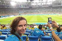 Lucie Ratajová sledující finále ženského turnaje Německo – Švédsko na stadionu Maracaná.