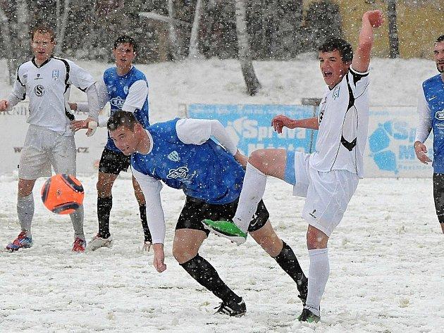 Miloslav Strnad (v modrém, tísněný Ladislavem Jandou) pokořil svůj bývalý tým Vlašimi.
