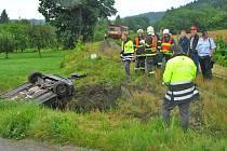 Srážka vlaku a osobního auta na přejezdu u Lštění.