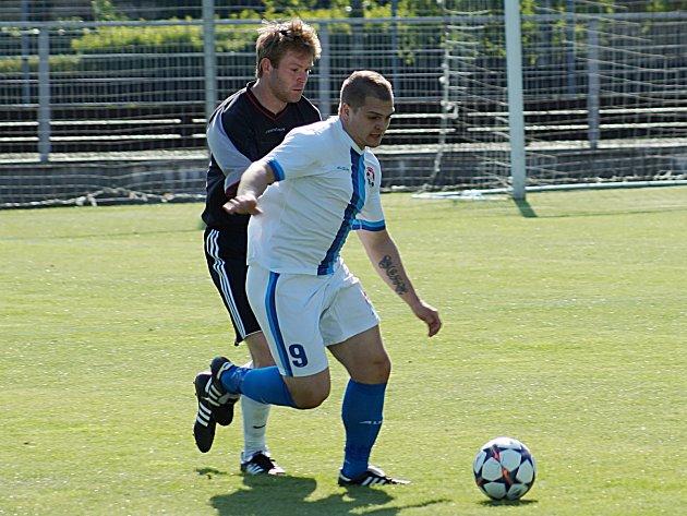 Marek Štork (u míče) dal jediný gól Votic v Černolicích.