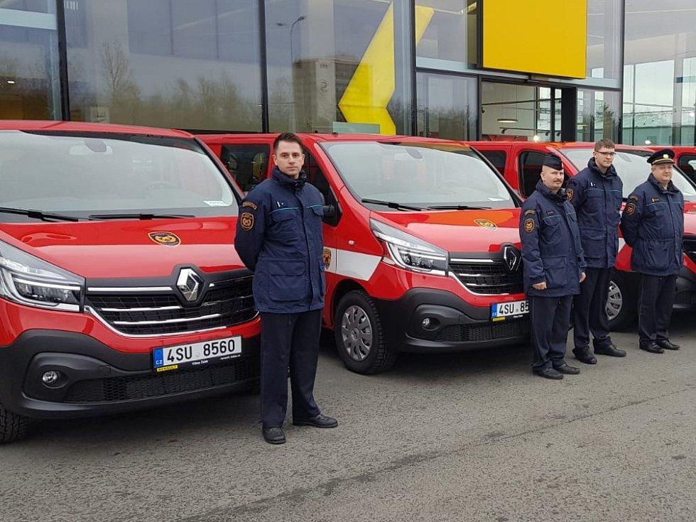 Z převzetí nových užitkových automobilů zástupci HZS Středočeského kraje.