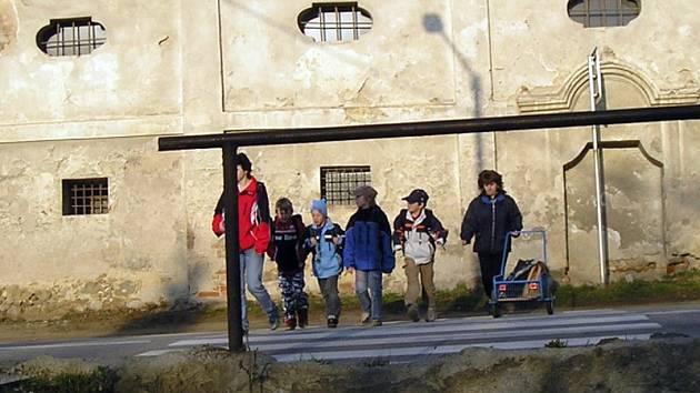 Hlavní silnice Praha - Tábor prochází centrem Olbramovic, jejichž obyvatelé kvůli bezpečnosti o obchvat roky usilují.