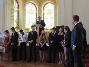 Maturanti oktávy Gymnázia Benešov si v pátek 8. června slavnostně převzali svá maturitní vysvědčení z rukou třídního profesora Zdeňka Dvořáka.