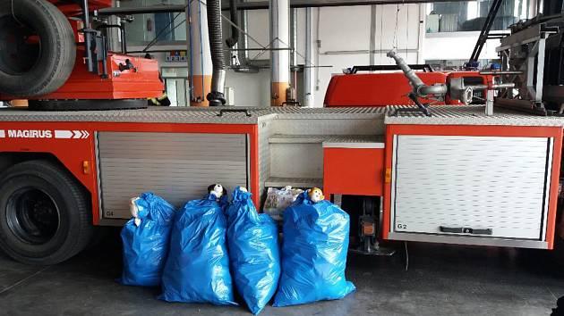 Pytle s plyšáky odvezla iniciátorka akce pražským hasičům.