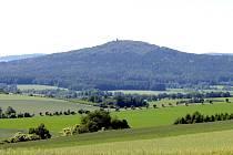 Dominanta Vlašimska, hora Velký Blaník při pohledu od Vračkovic.