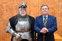 Rytíř ve zbroji po boku Lubomíra Hanela, který patří mezi držitele titulu Blanický rytíř z předchozích ročníků ocenění.