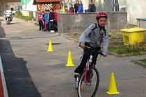 Školáci ze 4. a 5. tříd ZŠ Dukelská se zdokonalovali v jízdě na kole a nabírali vědomosti při besedě s hasiči.