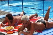 Vedro přivedlo v pondělí na benešovské koupaliště Dukla 320 plavců, středeční ochlazení návštěvnost opět snížilo.
