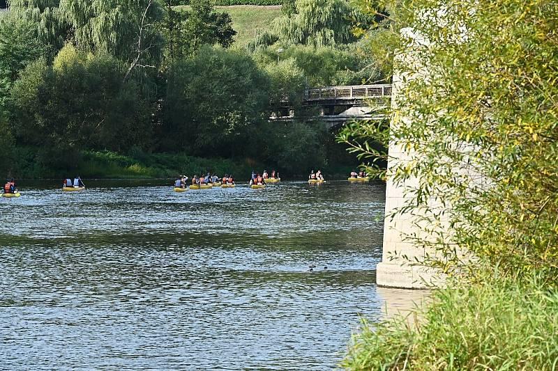 Zamykání řeky v Týnci nad Sázavou.