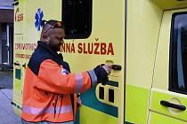 Předávání nové sanity středočeským záchranářům.