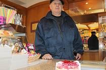 Josef Majstr, stálý zákazník cukrárny Bonte, si v pátek nechal zabalit několik zákusků.