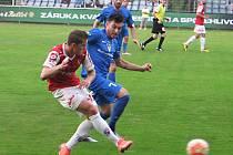 Pardubický Daniel Kovář (v červeném) odehrává míč před dotírajícím vlašimským Rudolfem Reiterem.