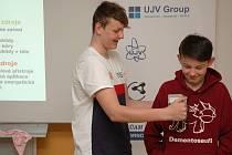 Pokus s radiometrem zvaným žehlička v rámci besedy s názvem 'Energie - budoucnost lidstva' na Základní škole ve Voticích.