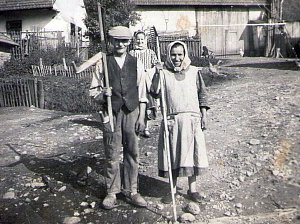 Tisem kolem roku 1943, část obce Podol. Na fotografii pravděpodobně Škubalovi.