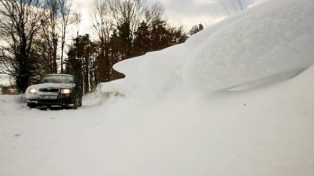 Sněhové jazyky na silnici