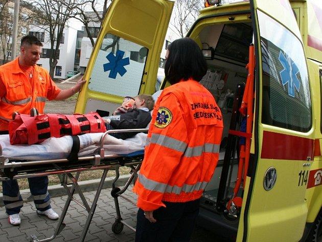 Kryštůfek pomáhá záchranářům při komunikaci s malými pacienty.